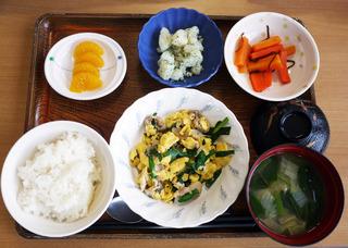 きょうのお昼ごはんは、鶏肉のザーサイ炒め・人参の和風ピクルス・のり塩ポテト・スープ・くだものでした。