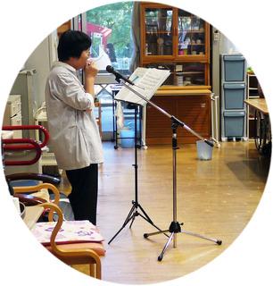 きょうのボランティアさんは、アルモ(ハーモニカ)の演奏をいつもの大崎さんがしてくださいました。