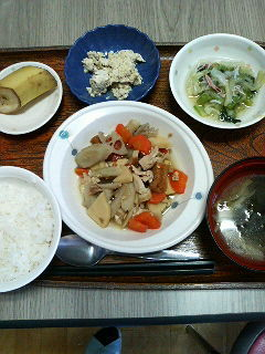 きのうのお昼ご飯は、筑前煮 炒り豆腐 おろし和え 味噌汁 くだものでした。