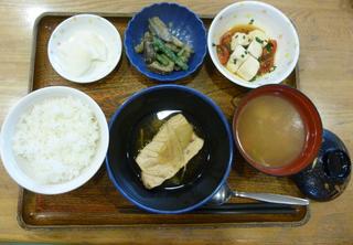 きょうのお昼ご飯は、煮魚、とうふサラダ、夏野菜の胡麻和え、味噌汁、果物でした。