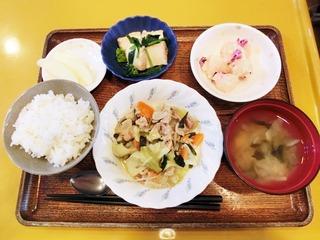 きょうのお昼ごはんは、肉野菜炒め、しば漬けポテト、煮物、味噌汁、くだものでした。