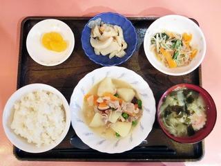 きょうのお昼ごはんは、肉じゃが、なめたけ和え、大根きんぴら、みそ汁、くだものでした。