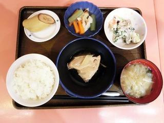 きょうのお昼ごはんは、煮魚、白和え、炊き合わせ、みそ汁、くだものでした。