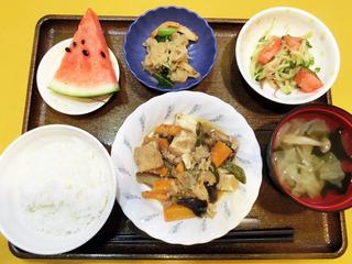 きょうのお昼ごはんは、豚肉となすのみそ炒め・トマトサラダ・切り干し煮・みそ汁・くだものでした。