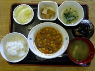 今日のお昼ご飯は、ポークビーンス、大根サラダ、含め煮、味噌汁、果物です。