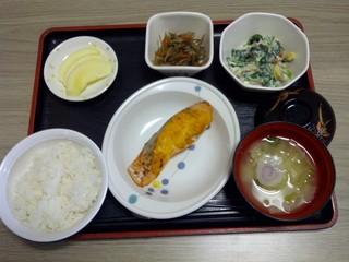 今日のお昼ご飯は、鮭のもみじ焼き、白和え、きんぴら、味噌汁、果物です。