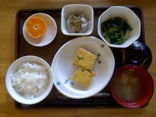今日のお昼ご飯は、ぎせい豆腐、つぶし里芋のなめたけがけ、お浸し、味噌汁、果物です。