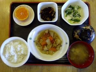 今日のお昼ご飯は、筑前煮、みぞれ和え、煮物、味噌汁、果物です。