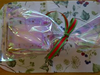 保育園の子どもたちに、ご利用者さんたちがつくられたのは、フォトフレームです。紙を折りながら、色々な飾りをつけて出来上がりました。写真のプレゼントは、一組ぶんです。