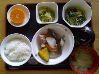 今日のお昼ご飯は、和風ポトフ、かんぴょうの卵とじ、お浸し、味噌汁、果物です。