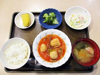 きのうのお昼ごはんは、肉団子のケチャップ煮・ポテトサラダ・生姜和え・みそ汁・くだものでした。