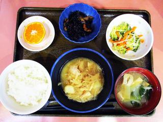 きょうのお昼ごはんは、鶏肉とジャガイモのみそ煮込み・梅和え・煮物・みそ汁・くだものでした。