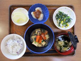 きょうのお昼ごはんは、厚揚げのあんかけ煮・青菜和え・里芋の煮っころがし・みそ汁・くだものでした。