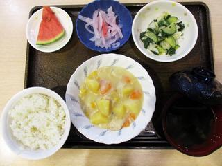 今日のお昼ごはんは、コーンクリームシチュー、サラダ、紅生姜大根、みそ汁、果物でした。