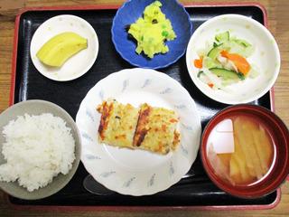 きょうのお昼ごはんは、ツナハンバーグ・和え物・おさつサラダ・みそ汁・くだものでした。