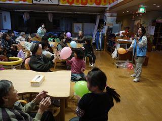 今日の午後は、子どもたちとの合同交流会でした。デイサービスフロアーでの、子どもたちが利用者さんの間に、入って一緒に、体操や風船渡しリレー、おやつを食べました。