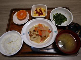 今日のお昼ご飯は、炊き合わせ、酢みそ和え、炒り卵、味噌汁、果物でした。