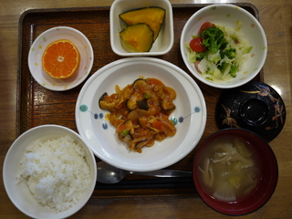今日のお昼ご飯は、ポークチャップ、サラダ、かぼちゃミルク煮、味噌汁、果物でした。
