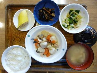 きょうのお昼ご飯は、鶏肉と里芋の味噌煮、和え物、煮物、味噌汁、果物でした。
