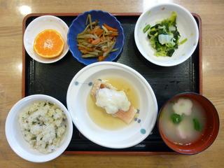 今日のお昼ご飯は、おこわ、赤魚のかぶら蒸し、きんぴら、和え物、お吸い物、果物でした。