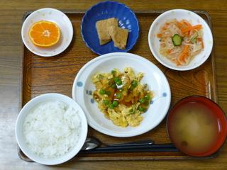 きょうのお昼ご飯は、かに玉、中華風お浸し、煮物、味噌汁、果物でした。