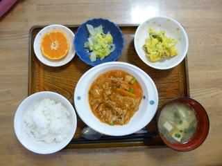 きょうのお昼ご飯は、ポークチャップ、かぼちゃサラダ、ゆず浸し、味噌汁、果物でした。