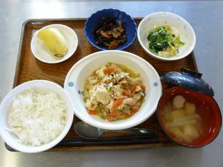 今日のお昼は、炒り豆腐、煮物、天かす和え、味噌汁、果物でした。