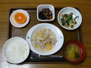 昨日のお昼は、豚薄切り肉と白菜のクリーム煮、ツナ和え、煮物、味噌汁、果物でした。
