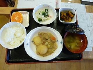 今日のお昼ご飯は、肉じゃが、ひじき煮、みぞれ和え、味噌汁、果物でした。