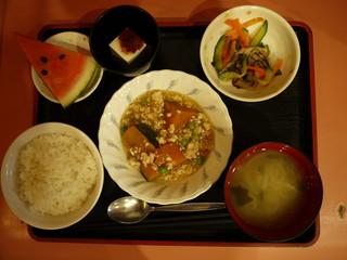 きょうのお昼ご飯は、かぼちゃそぼろあん、和え物、梅香味奴、味噌汁、果物でした。