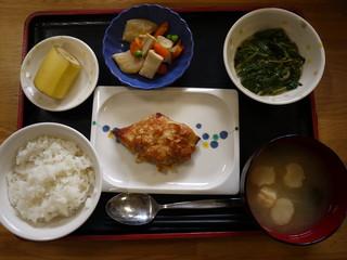 きょうのお昼ご飯は、焼き魚、モロヘイヤのもずく和え、含め煮、味噌汁、果物でした。