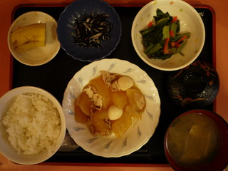 きょうのお昼ごはんは、豚肉と大根のこってり煮、辛子和え、ひじきの酢の物、味噌汁、くだものでした。