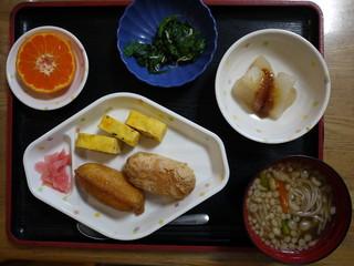 きょうのお昼ご飯は、おそば、いなりずし、五目卵焼き、煮物、果物でした。