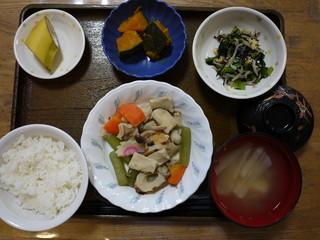きょうのお昼ごはんは、炊き合わせ、和え物、かぼちゃ煮、味噌汁、果物でした。