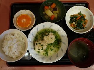 きょうのお昼ご飯は、鶏キャベツだんご、煮物、天かす和え、味噌汁、果物でした。