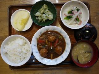 きょうのお昼ごはんは、肉だんご煮、大根サラダ、青のりポテト、味噌汁、果物でした。