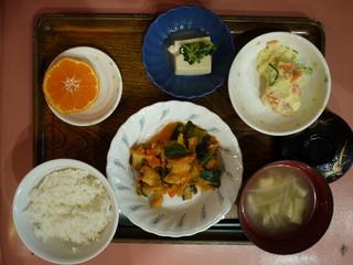 きょうのお昼ごはんは、鶏肉のケチャップ炒め、サラダ、奴煮、味噌汁、果物でした。