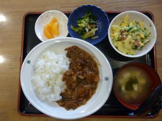 きょうのお昼ご飯は、ハヤシライス、マカロニ卵サラダ、浅漬け、味噌汁、果物でした。