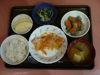 きょうのお昼ごはんは、鮭のゆず蒸し、含め煮、なめたけ和え、味噌汁、果物でした。
