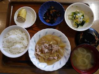 きょうのお昼ごはんは、豚肉と大根の甘味噌煮、おろし和え、ひじき煮、味噌汁、くだものでした。