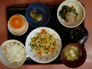 きょうのお昼ご飯は、親子煮、梅和え、里芋のなめたけ和え、味噌汁、果物でした。