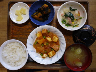 きょうのお昼ごはんは、海老と厚揚げのケチャップ炒め、春雨サラダ、含め煮、味噌汁、果物でした。