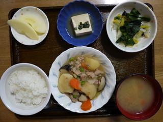 きょうのお昼ごはんは、肉じゃが、白菜の和風ナムル、煮奴、味噌汁、果物でした。