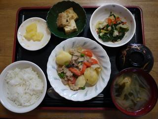 きょうのお昼ごはんは、肉じゃが、ほうれん草の天かす和え、厚揚げ煮、味噌汁、果物でした。