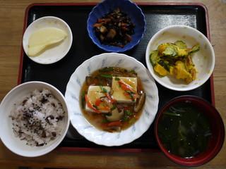 きょうのお昼ごはんは、お赤飯、豆腐の野菜あんかけ、かぼちゃサラダ、煮物、味噌汁、果物でした。本日、保育園の卒園式でした。卒園をご利用の皆さんも祝って、お赤飯になっています。