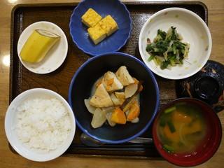 きょうのお昼ごはんは、がんもと根菜の含め煮、おかか和え、はんぺんのピタカ、味噌汁、果物でした。