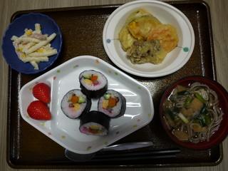 きょうのお昼ごはんは、海苔巻き、天ぷら、サラダ、おそば、果物でした。「昭和の日」のちょっとハレの日めにゅーです。