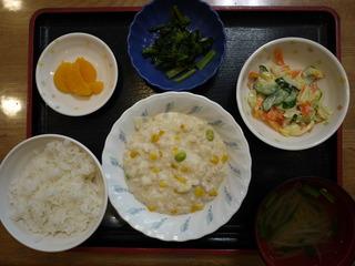 きょうのお昼ご飯は、挽き肉とコーンのクリーム煮、サラダ、浅漬け、味噌汁、果物でした。