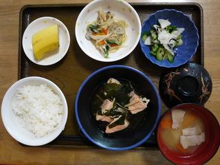きょうのお昼ご飯は、鮭のなると煮、和え物、煮浸し、味噌汁、果物でした。