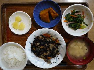 きょうのお昼ごはんは、磯炒め、わさび和え、かぼちゃ煮、味噌汁、果物でした。